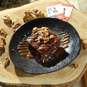 Brownie met caramel en walnoot